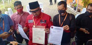 Sekretaris DPD PDI Perjuangan Kepri Lis Darmansyah saat menunjukkan surat pencabutan dukungan Apri-Roby dan rekomendasi dukungan kepada AWe-Dalmasri (Suryakepri.com/Muhammad Bunga Ashab)