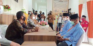 Pasangan AWe-Dalmasri saat tiba di KPU Bintan (Suryakepri.com/Muhammad Bunga Ashab)
