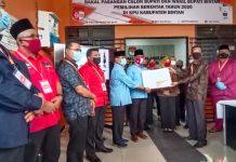 Pasangan AWe-Dalmasri saat menerima surat setelah pendaftarannya dinyatakan lengkap dari KPU Bintan (Suryakepri.com/Muhammad Bunga Ashab)