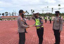 Kapolres Bintan AKBP Bambang Sugihartono saat memberikan kepada personel yang berprestasi di lapangan apel Mapolres Bintan (Suryakepri.com)