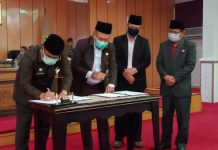 Bupati dan Ketua DPRD Karimun menandatangani nota rapat paripurna tentang pengesahan dua kecamatan baru, Selasa (15/9/2020). Foto Suryakepri.com/Rachta Yahy