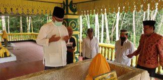 Alias Wello saat ziarah ke makam Daeng Celak di Tanjungpinang (Suryakepri.com/ist)