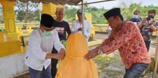 Cabup Bintan Alias Wello bersama Abidin, sesepuh KKSS Bintan saat ziarah di makam Daeng Celak di Tanjungpinang (Suryakepri.com/ist)