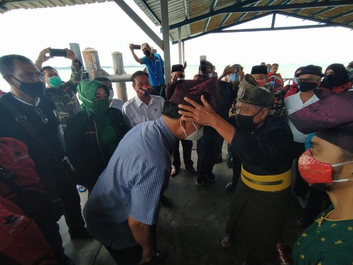 Bacagub Kepri HM Soerya Respationo dipasangkan Tanjak oleh Ketua LAM Kabupaten Karimun saat tiba di pelabuhan domestik Karimun, Rabu (16/9/2020). Foto Suryakepri.com/Rachta Yahya