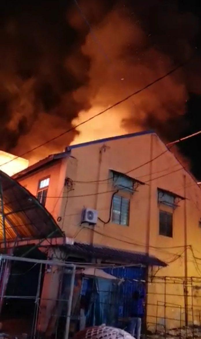 Kebakaran hebat melanda sejumlah ruko dekat Pasar Malam Karimun, Rabu (16/9/2020) malam. Foto Suryakepri.com/Rachta Yahya