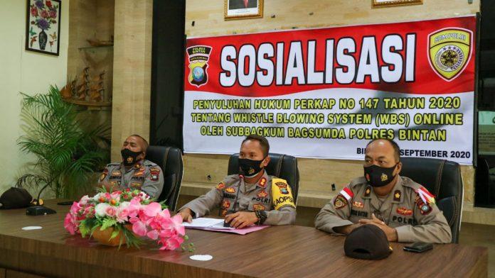 Kapolres Bintan AKBP Bambang Sugihartono didampingi Kabagsumda Polres Bintan Kompol Hotlan Butar-Butar saat memberikan sosialisasi kepada personel Polres Bintan (Suryakepri.com)