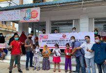 Alfamart Salurkan Donasi Konsumen beruba sepatu dan sembako ke warga yang membutuhkan