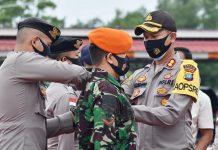 Kapolres Bintan AKBP Bambang Sugihartono menyematkan pita kesiapan pengamanan Pilkada Bintan 2020 di Mapolres Bintan (Suryakepri.com/ist)