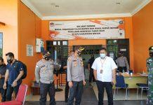 Kapolres Bintan AKBP Bambang Sugihartono saat terjun langsung pengamanan penetapan pasangan calon Bupati dan Wakil Bupati Bintan di kantor KPU Bintan (Suryakepri.com)