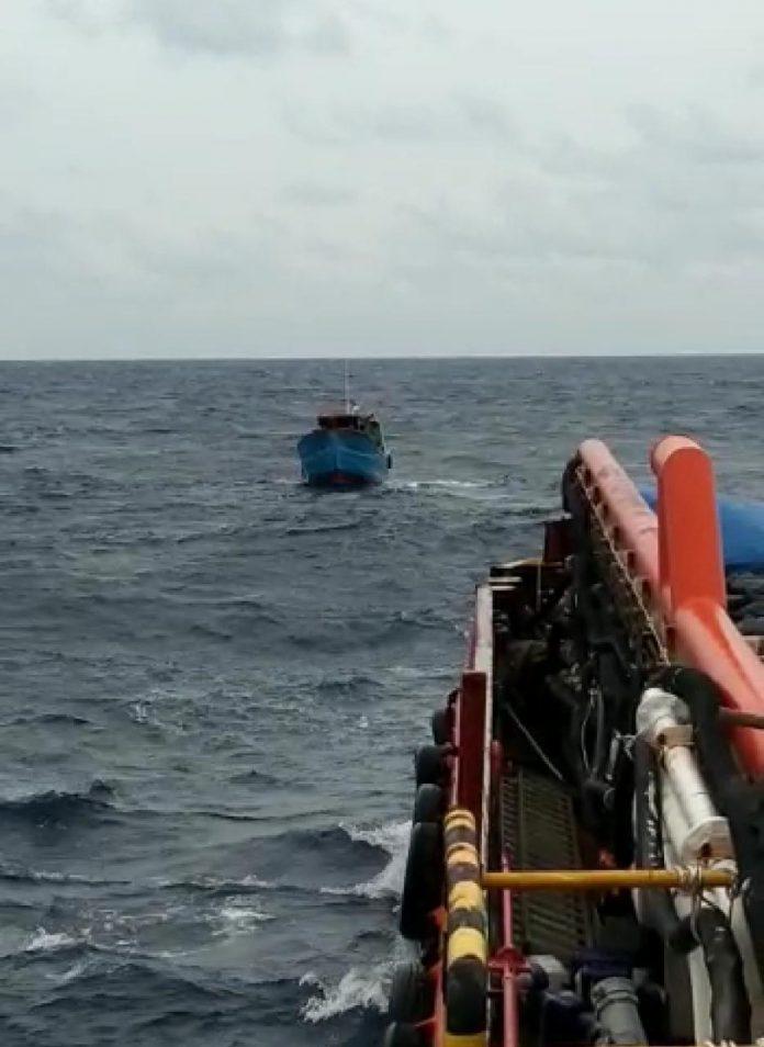 KM Laura saat ditarik Tugboat milik PT Medco (Suryakepri.com/ist)