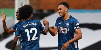 Willian Borges dan Pierre-Emerick Aubameyang merayakan gol ketiga Arsenal yang dicetak oleh Aubameyang berkat umpan Willian. (Foto: Premierleague.com)