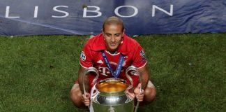 Thiago Alcantaramemegang trofi Liga Champions yang diraihnya bersama Bayern Munich musim lalu.(Sportsmole)