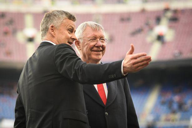 Ole Gunnar Solskjaer (kiri) bersama Sir Alex Ferguson. (Getty Image via MEN Sport)