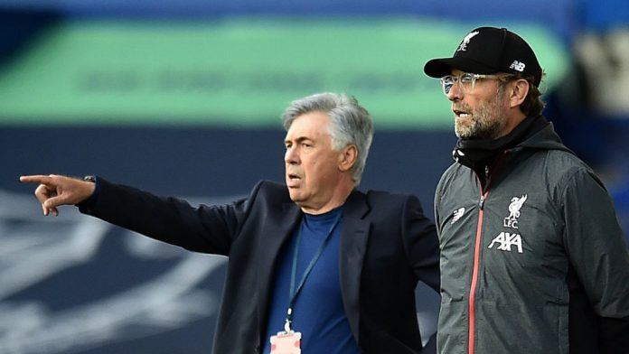 Manajer Everton Carlo Ancelotti (menunjuk) dan Jurgen Klopp. Kedua pelatih akan bertemu dalam derby Merseyside malam ini di Goodison Park. (Foto dari BBC)