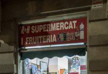Seorang pemilik toko menutup supermarket 24 jam di Barcelona, Spanyol, pada 20 Oktober 2020. Pemerintah Catalonia menyatakan semua toko 24 jam di wilayah ini untuk tutup pada pukul 10 malam dan baru boleh dibuka kembali pada pukul 7 pagi. (Foto oleh Joan Gosa / Xinhua)
