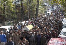 Ribuan orang membawa jenazah pemimpin pemuda Partai Bharatiya Janata (BJP) selama prosesi pemakamannya di daerah YK Pora di Qazigund di distrik Kulgam, sekitar 74 km selatan kota Srinagar, ibukota musim panas Kashmir yang dikuasai India, 30 Oktober , 2020. Tiga aktivis dari Partai Bharatiya Janata (BJP), termasuk seorang pemimpin pemuda setempat, dibunuh oleh militan di Kashmir. (Xinhua / Javed Dar)