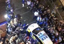 Para pemuda menyerang mobil polisi di Concert Square/Fleet Streetdi pusat kota Liverpool, Selasa (13/10/2020) malam. (Foto: daily Mail)