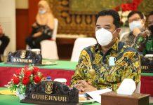 Penjabat Sementara (Pjs) Gubernur Kepri, Bahtiar Baharuddin mengikuti Rapat Koordinasi Analisa Dan Evaluasi Pelaksanaan Kampanye Pilkada Serentak Tahun 2020 melalui vicon dari Gedung Daerah, Tanjungpinang, Jumat (2/10).