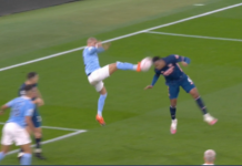 Tendangan kungfu pemain City Kyle Walker yang nyaris mengenai kepala Gabriel Magalhaes saat bek Arsenal itu menanduk bola hasil sepak pojok. Mikel Arteta mengritik insiden ini yang menurutnya harus diganjal penalti. (Foto: MEN SPort)