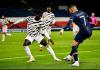 Bek Mu Axel Tuanzebe berhadapan dengan striker PSG Kylian Mbappe. (Foto: manutd.com)
