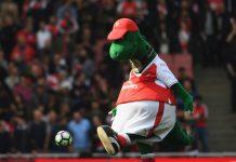 Gunnersaurus, badut dinosaurus yang sudah 27 tahun menghibur fans, baik sebelum ataupun sesudah pertandingan di Emirates telah dipecat demi memangkas pengeluaran klub. (Foto dari Talksport)