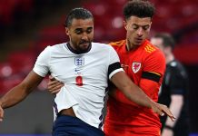 Striker Inggris Dominic Calvert-Lewin (kiri) berduel ketat dengan pemain Wales Ethan Ampadu di Wembley. (Foto dari Sky Sports)