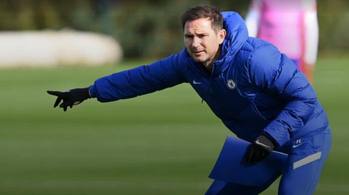 Manajer Chelsea Frank Lampard memberikan instruksi kepada para pemainnya dalam latihan persiapan jelang melawan Sevilla pada babak Grup Liga Champions 2020/21. (Foto: Chelseafc.com)