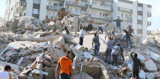 Bangunan ambruk akibat gempa bumi berkekuatan 6,7 skala Richter menghantam Laut Aegea timur di lepas pantai Pulau Samos, Yunani, Jumat (30/10/2020). Gempa ini juga berdampak ke Turki. (Foto dari LA Times)