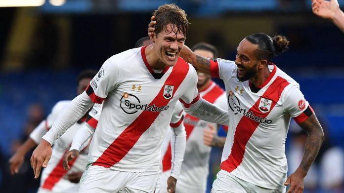 Bek Southampton Jannik Vestergaard (kiri) bersama Theo Walcott merayakan gol telat yang menjadikan skor akhir 3-3 saat melawan Chelsea di Stamford Bridge, sabtu (17/10/2020). (Foto: Premierleague.com)