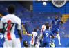 Pemain Chelsea Kurt Zouma menanduk umpan silang Ben Chilwell untuk mencetak gol pada pada menit ke-66 untuk menjadikan skor 2-0. (foto: cpfc.co.uk)