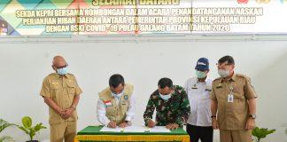 Sekretaris Daerah Provinsi Kepri, T S Arif Fadillah, turun langsung ke RSKI (Rumah Sakit Khusus Infeksi) Pulau Galang, Batam untuk menyerahkan dana hibah dari Provinsi Kepri.