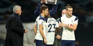Manajer Tottenham Hotspur Jose Mourinho (kiri) saat memasukan Gareth Bale menggantikan Steven Bergwijn pada menit ke-72 melawan West Ham United di Tottenham Hotspur Stadium. Laga berakhir imbang 3-3. (Foto: Premierleague.com)