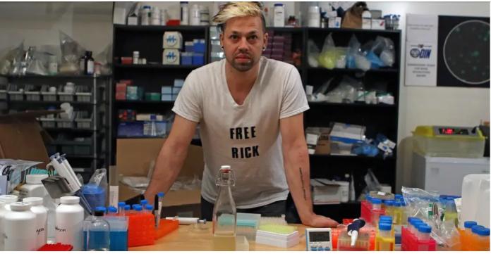 Biohacker Josiah Zayner Josiah Zayner, CEO dan pendiri Odin yang menciptakan vaksin Covid-19 dan menguji ke tubuhnya sendiri. (Foto: buzzfeednews.com)