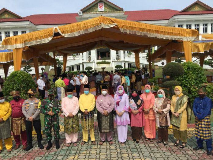 Pjs Bupati Karimun Heri Andrianto foto bersama usai upacara peringatan HUT Kabupaten Karimun ke-21 di halaman kantor Bupati Karimun, Senin (12/10/2020). (Foto Suryakepri.com/Rachta Yahya)
