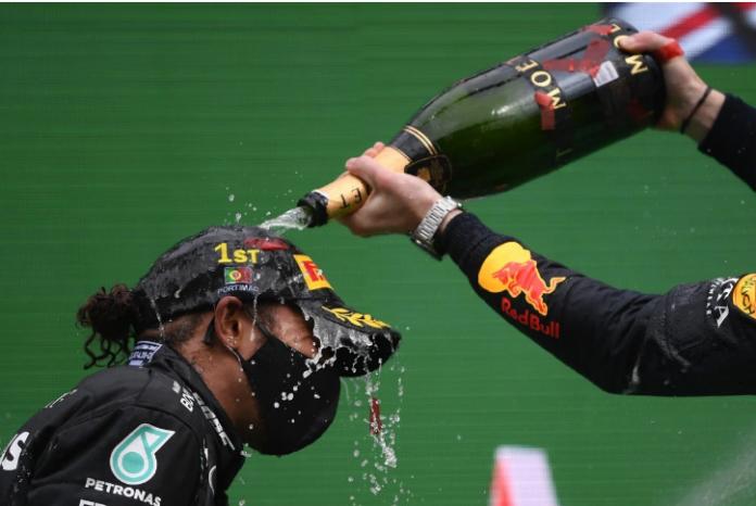 Lewis Hamilton juara Formula 1 di Portugal, Minggu (25/10/2020) sekaligus mencatat rekor dengan 91 kemenangan, melewti catatan pembalap legendaris asal Jerman Michael Schumacher. (Foto dari SCMP)