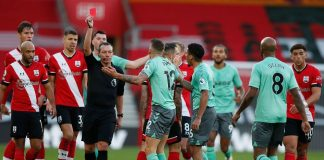 Wasit Kevin Friend memberi kartu merah langsung kepada bek kiri Everton Lucas Digne akibat menginjak pergelangan kaki Kyle Walker-Peters dalam duel di kandang Southampton, Stadion St Mary's, Minggu (25/10/2020). Soton menang 2-0 atas tamunya. (Foto: Premierleague.com)