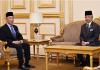 Raja Malaysia Al-Sultan Abdullah Ri'ayatuddin Al-Mustafa Billah Shah (kanan) saat ditemui Perdana Menteri Muhyiddin Yassin untuk pertemuan pra-Kabinet di Istana Negara pada 21 Oktober 2020. (Foto: Facebook/Istana Negara via CNA)