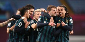 Striker Leeds United Patrick Bamfard dipeluk oleh Helder Costa usai mencetak gol ketiga ke gawang Aston Villa dalam lanjutan Liga Inggris di Villa Park, Sabtu (24/10/2020) dinihari WIB. Bamfard mencetak hat-trick untuk memberi kemenangan 3-0 atas tuan rumah. (Foto: Premierleague.com)