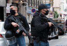 Polisi bertugas di dekat lokasi serangan pisau di sebuah gereja di Nice, Prancis selatan, 29 Oktober 2020. Penyelidikan telah dibuka atas serangan pisau yang menewaskan sedikitnya tiga orang dan beberapa lainnya terluka. (Foto oleh Serge Haouzi / Xinhua)