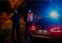 Polisi mengamankan area dekat lokasi serangan penikaman di pinggiran Kota Paris, Conflans St Honorine, Prancis, Jumat (16/10/2020). (Foto: Reuters/Charles Platiau)