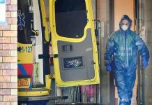 FOTO FILE: Petugas kesehatan Belanda menerima pasien di rumah sakit Bernhoven, seiring penyebaran penyakit coronavirus (COVID-19) berlanjut, di Uden, Belanda, 25 Maret 2020. (REUTERS / Piroschka van de Wouw via CNA)
