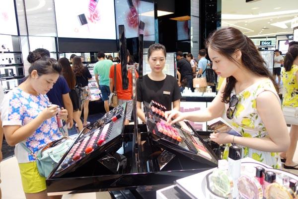 Pengunjung belanja produk kosmetik di pusat belanja bebas bea di Sainya. (foto dok: Xinhua)