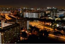 Pemandangan flat HDB Singapura di malam hari. (File foto: Xabryna Kek/Channel News Asia)