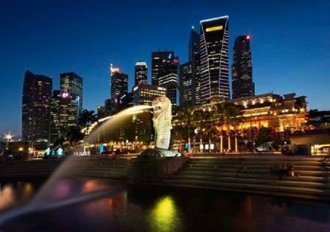 Patung Singa Merlion di Merlion Park, land mark Singapura dengan latar belakang gedung-gedung bertingkat.