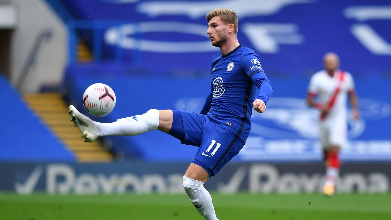 Penyerang Chelsea Timo Werner mengangkat bola melewati kiper Alex McCarthy kemudian menyundul bola ke dalam gawang, untuk membawa The Blues unggul 2-0 atas The Saint di Stamford Bridge, Sabtu (17/10/2020). Namun akhirnya laga ini berakhir imbang 3-3. (Foto: Premierleague.com)