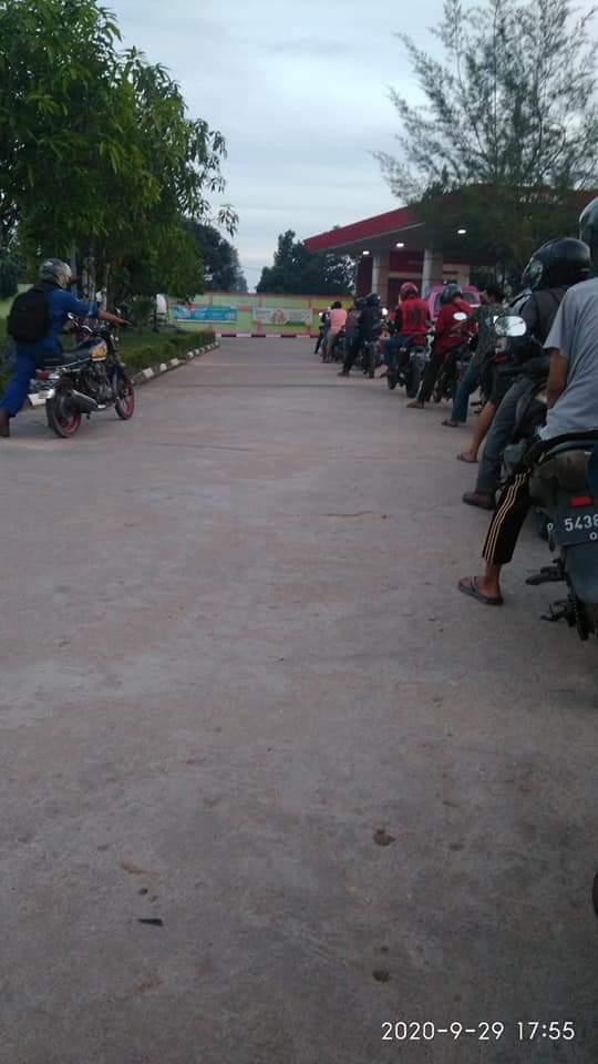 Antrian panjang kendaraan untuk mengisi premium di SPBU di Kota Batam