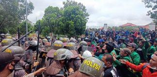 foto.Siswa STM Mulai Bergabung Dengan Barisan Mahasiswa, Diwarnai Aksi Dorong