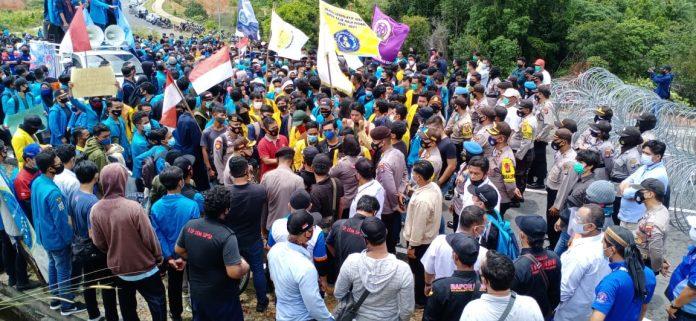 Buruh dan mahasiswa saat berunjuk rasa di depan gedung DPRD Kepri (Suryakepri.com/Muhammad Bunga Ashab