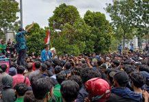 Foto.Ketua DPRD Batam, Nuryanto berada di mobil komando