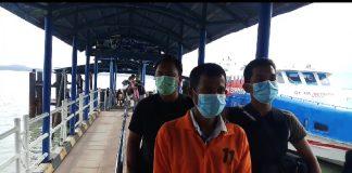 Za, DPO kasus dugaan pencabulan anak tiri saat tiba di pelabuhan domestik Karimun, Kamis (8/10/2020) sore. Foto Suryakepri.com/Rachta Yahya